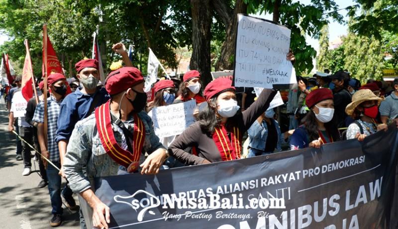 www.nusabali.com-anggota-dprd-bali-sambut-pendemo-omnibus-law