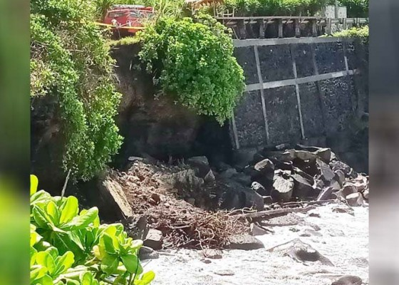 Nusabali.com - abrasi-tebing-12-meter-di-mengening-longsor