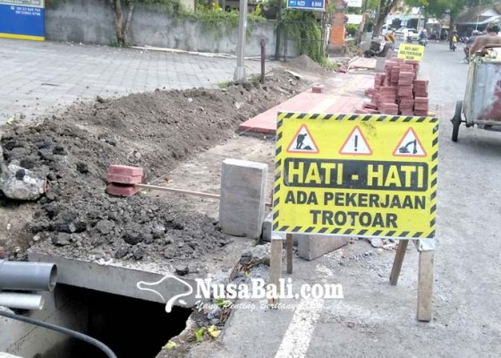 Nusabali.com - air-ngadat-pdam-tuding-proyek-trotoar-garuk-pipa