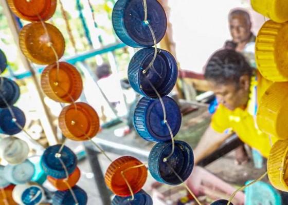 Nusabali.com - tirai-dari-limbah-tutup-botol-plastik