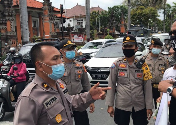 Nusabali.com - polisi-bubarkan-pendukung-jerinx-bagikan-pangan-gratis