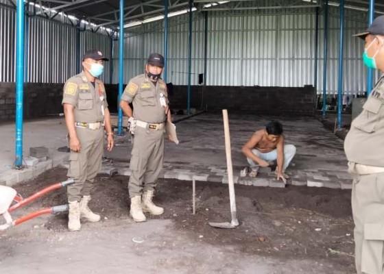 Nusabali.com - satpol-pp-stop-pembuatan-gudang-amdk