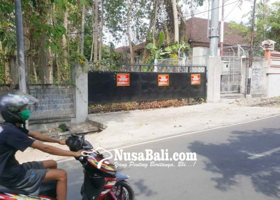 Nusabali.com - penunggak-pajak-bumi-bangunan-ditempeli-stiker