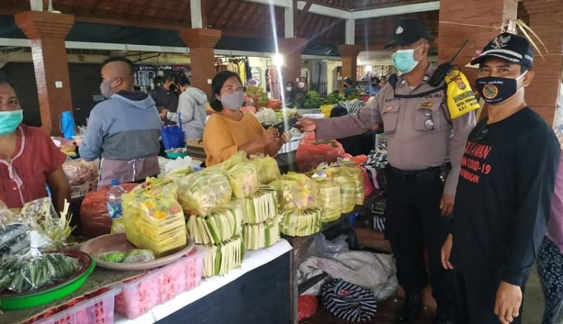 www.nusabali.com-bhabinkamtibmas-dampingi-satpol-pp-razia-masker-di-pasar-penarungan