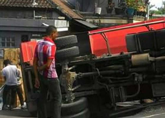Nusabali.com - ngatrek-truk-pasir-terguling-di-jembatan-unda
