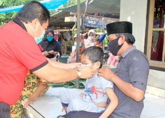 Nusabali.com - jumat-berbagi-bupati-artha-kunjungi-warga-disabilitas-di-desa-pesisir
