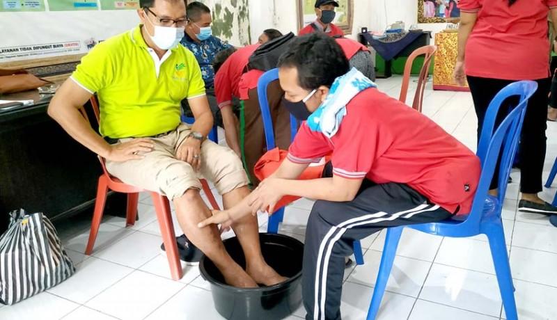 www.nusabali.com-di-tengah-pandemi-disabilitas-sensorik-netra-dilatih-pijat-kaki
