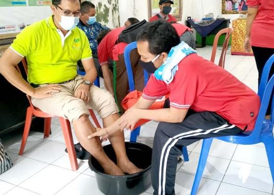 Nusabali.com - di-tengah-pandemi-disabilitas-sensorik-netra-dilatih-pijat-kaki