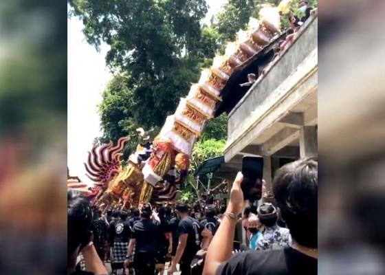 Nusabali.com - bade-tumpang-sia-roboh-timpa-rumah-saat-diarak