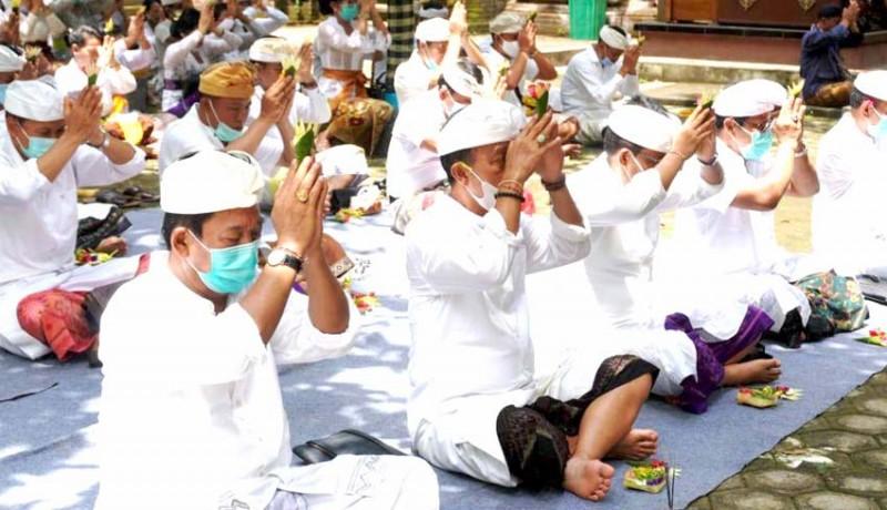 www.nusabali.com-pemkab-jembrana-laksanakan-bhakti-penganyar-di-pura-luhur-giri-salaka