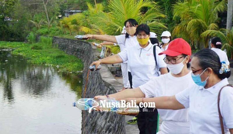 www.nusabali.com-pencinta-lingkungan-tuangkan-eco-enzyme-di-sungai