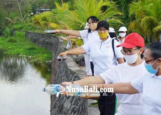 Nusabali.com - pencinta-lingkungan-tuangkan-eco-enzyme-di-sungai