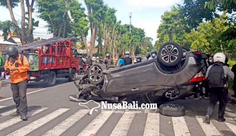 www.nusabali.com-mobil-yang-dikendarai-dokter-tabrak-pohon-lalu-terguling