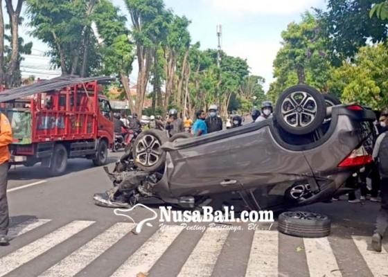 Nusabali.com - mobil-yang-dikendarai-dokter-tabrak-pohon-lalu-terguling