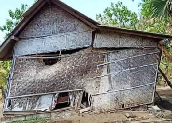 Nusabali.com - satu-kk-tempati-rumah-nyaris-roboh