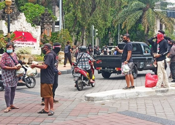 Nusabali.com - peringati-sumpah-pemuda-simpatisan-jrx-bagikan-pangan