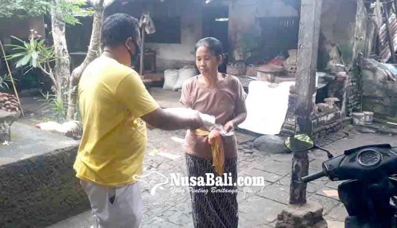 www.nusabali.com-anggota-dewan-bagikan-256-ton-beras-di-desa-pesedahan