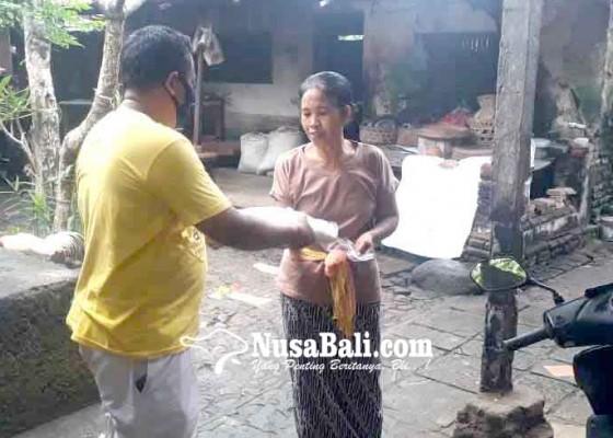 Nusabali.com - anggota-dewan-bagikan-256-ton-beras-di-desa-pesedahan