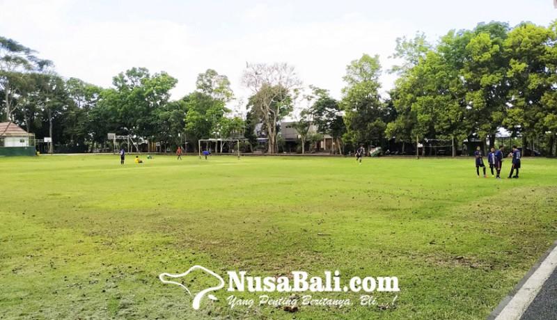 www.nusabali.com-garis-polisi-di-lapangan-alit-saputra-dilepas-masyarakat-tetap-dilarang-buat-kerumunan