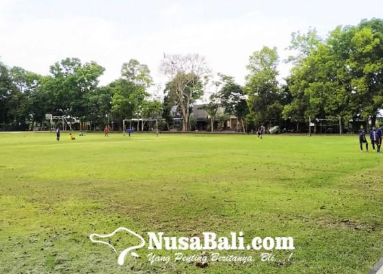 Nusabali.com - garis-polisi-di-lapangan-alit-saputra-dilepas-masyarakat-tetap-dilarang-buat-kerumunan