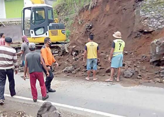 Nusabali.com - bpbd-evakuasi-material-longsor-di-pura-dadia-pande-ambal-ambal