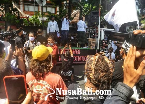 Nusabali.com - aksi-damai-forum-komunikasi-taksu-bali-tuntut-proses-hukum-awk