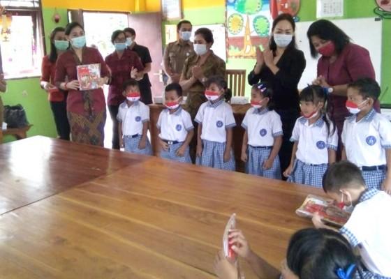 Nusabali.com - anak-tk-susah-belajar-daring-bunda-paud-hadiahkan-buku-gambar