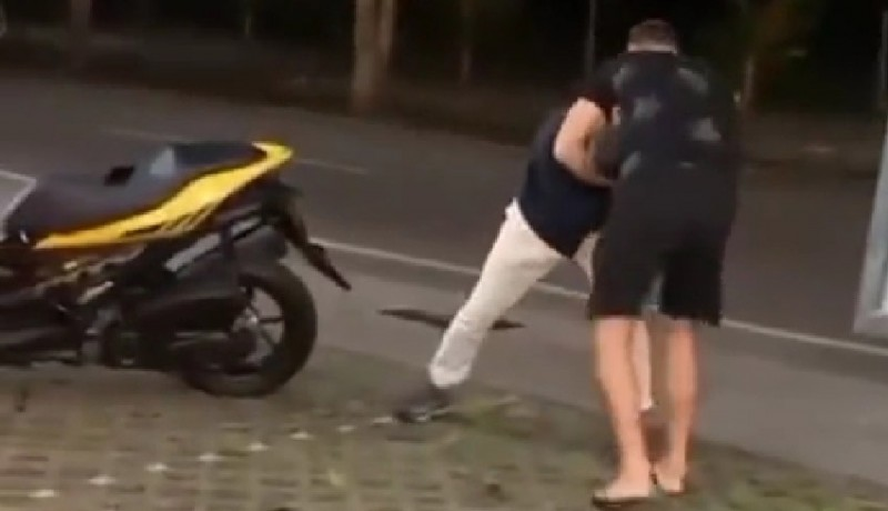 www.nusabali.com-viral-bule-duel-di-jalanan