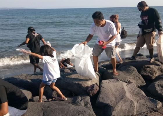 Nusabali.com - solidaritas-gianyar-bersama-jrx-bersih-pantai-dan-bagi-pangan-di-pantai-lebih