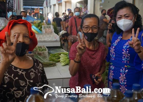 Nusabali.com - cabup-mas-sumatri-menyapa-pedagang-di-pasar-bugbug