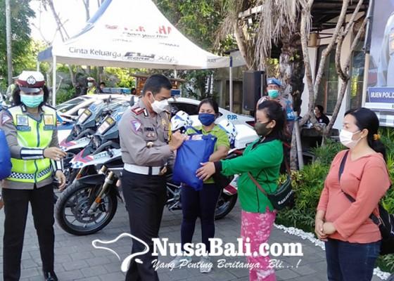 Nusabali.com - tutup-operasi-zebra-dit-lantas-polda-bali-berbagi-sembako
