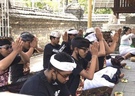 Nusabali.com - simpatisan-jerinx-doa-pada-semesta-untuk-jerinx