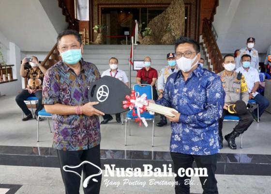 Nusabali.com - pemkot-denpasar-terima-bantuan-csr-1-unit-bus-sekolah-dari-agung-toyota