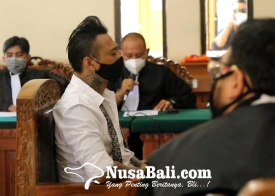 Nusabali.com - video-ketua-umum-idi-ajak-kerjasama-jerinx-diputar-di-ruang-sidang