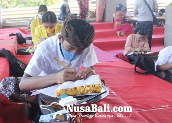 Nusabali.com - 102-pelajar-dilatih-cara-menulis-lontar