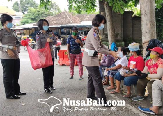Nusabali.com - jumat-ceria-satlantas-polres-keliling-bagikan-nasi-bungkus