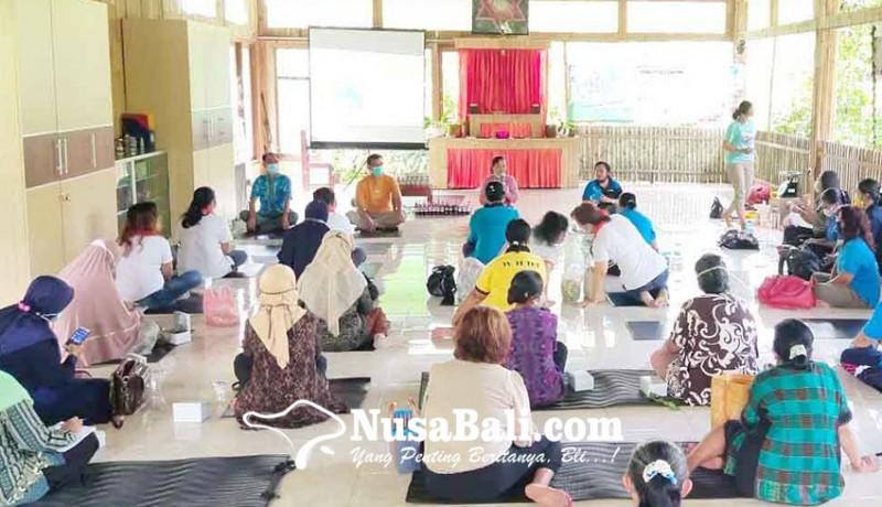 www.nusabali.com-ibu-ibu-lintas-agama-pelatihan-buat-eco-enzyme