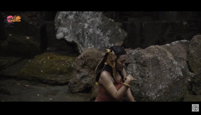 www.nusabali.com-dewa-ayu-eka-putri-tarikan-puisi-karya-sapardi