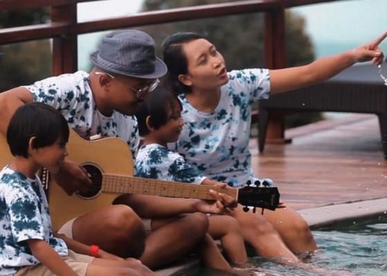 Nusabali.com - gus-saka-persembahkan-lagu-buat-buah-hati