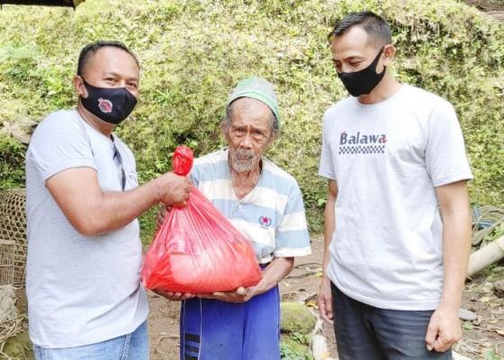 Nusabali.com - komunitas-balawa-salurkan-bantuan-sembako-lansia