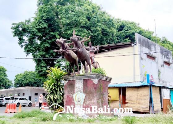 Nusabali.com - patung-makepung-di-terminal-lama-jadi-sorotan