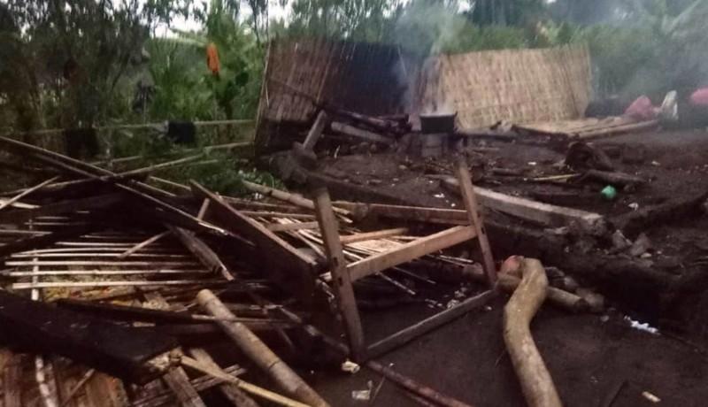 www.nusabali.com-rumah-semi-permanen-tumbang-diterjang-angin