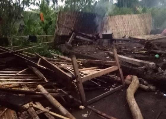 Nusabali.com - rumah-semi-permanen-tumbang-diterjang-angin