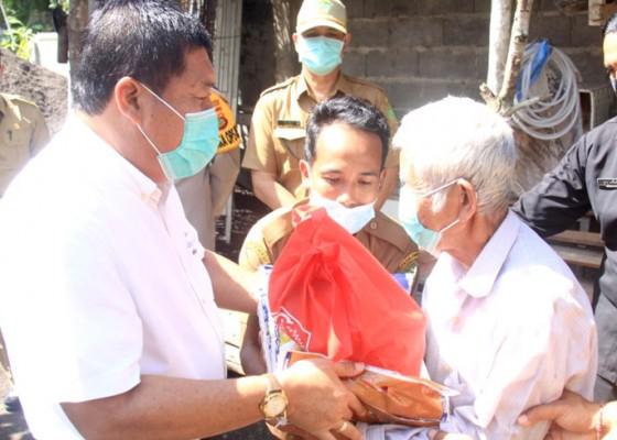 Nusabali.com - bupati-artha-salurkan-bantuan-sosial-alokasi-did-covid-19