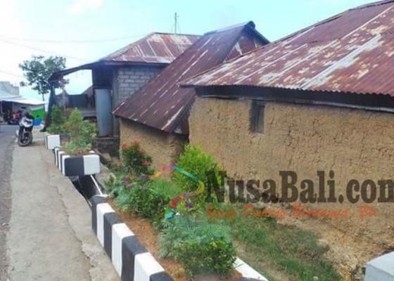 Nusabali.com - tembok-dari-tanah-campur-tuak-pantang-gunakan-atap-genting