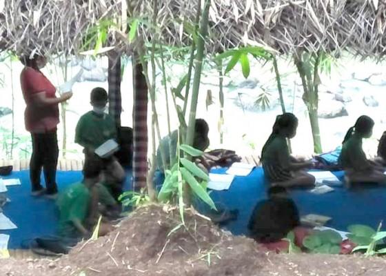 Nusabali.com - guru-di-desa-mambang-buat-taman-baca-kreatifitas