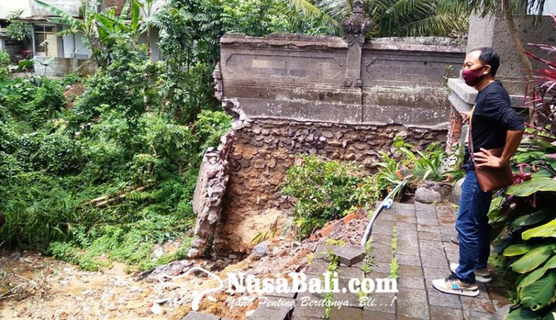 www.nusabali.com-tembok-dan-bale-bengong-di-kantor-samsat-bangli-roboh