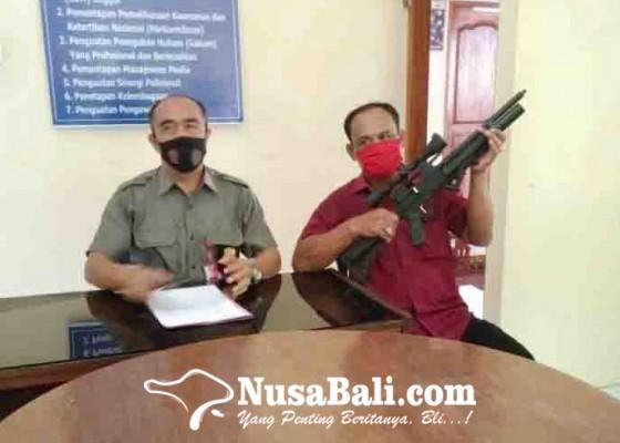 Nusabali.com - khusyuk-sembahyang-di-sanggah-warga-padang-bulia-tertembak-peluru