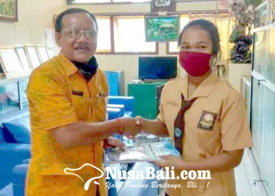 Nusabali.com - bagikan-majalah-gelorakan-literasi-ke-smp-terdekat