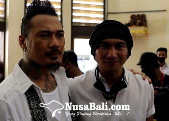 Nusabali.com - datangi-pn-denpasar-anji-lebih-setuju-jerinx-jalani-tahanan-luar